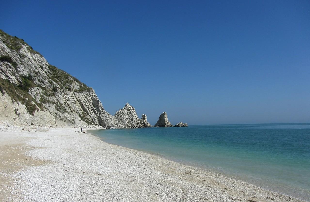 Spiaggia due sorelle Sirolo Conero bandiera blu